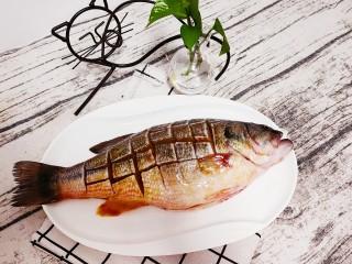 清蒸鲈鱼-年年有余,肚中塞入葱,姜,蒜,加入料酒,盐,鸡精,生抽适量,给鱼做个SPA