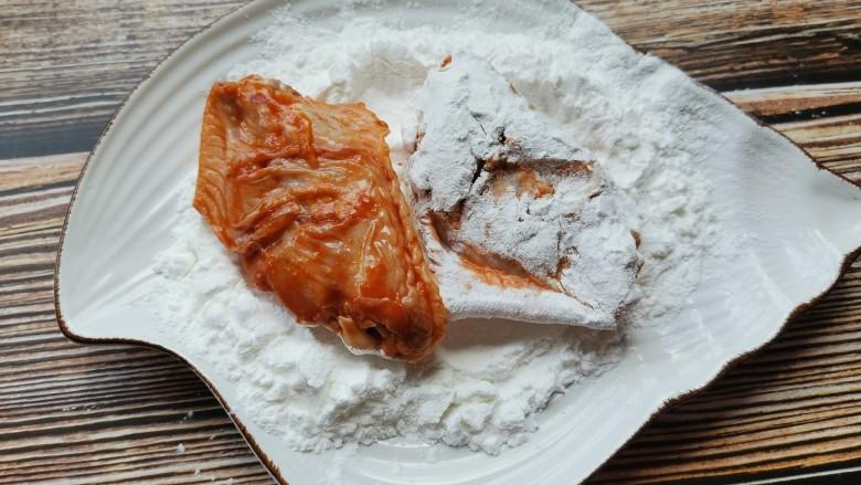 香酥炸鸡翅,腌好的鸡翅先裹一层淀粉