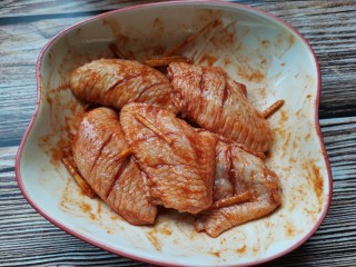 香酥炸鸡翅,用手抓匀,腌制一小时入味