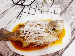 清蒸鲈鱼-年年有余,表面铺上一层白葱丝