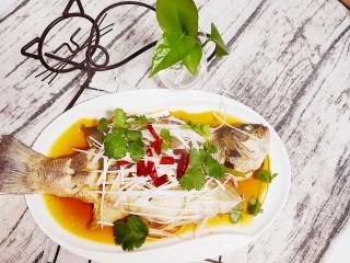 清蒸鲈鱼-年年有余,加上三片切碎的干辣椒