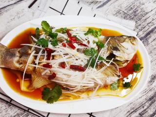 清蒸鲈鱼-年年有余,美味的清蒸鲈鱼就出锅了
