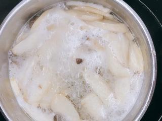 肉末杏鲍菇,汆水3分钟,捞出控干水分。