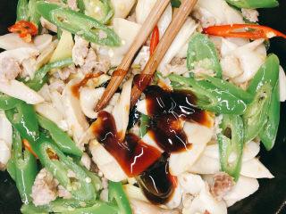 肉末杏鲍菇,放入蚝油。