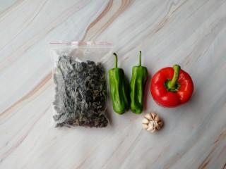 清炒木耳菜,准备好所有食材。干木耳、青椒、红椒、大蒜