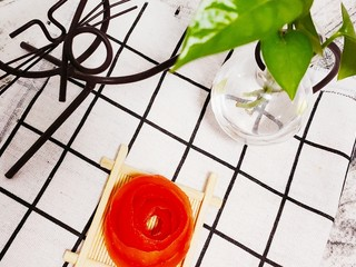 藕夹肉,用刀削去表皮(一刀),做成玫瑰花型