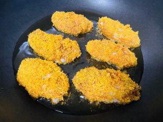 香酥炸鸡翅,锅中加入食用油加热至五成熟放入鸡翅中小火炸至金黄捞出