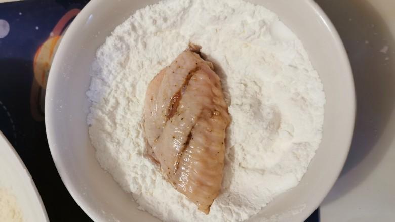 香酥炸鸡翅,腌好的鸡翅先放入面粉里滚一圈