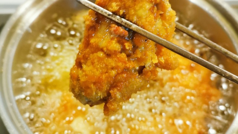 香酥炸鸡翅,炸至金黄 捞出
