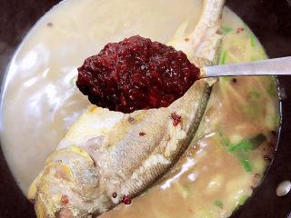 酱焖黄花鱼,加入20ml黄豆酱。