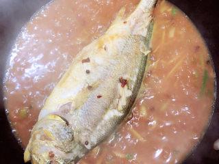 酱焖黄花鱼,黄豆酱搅拌均匀,改中火儿改改慢炖5分钟。