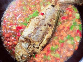 酱焖黄花鱼,一分钟后即可出锅了。