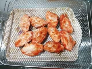 香酥炸鸡翅,5,腌制好的鸡翅整齐地放入烤网中。不想洗烤盘烤网的,也可以在上面铺上锡纸,锡纸的哑光面向上。直接放烤网上,底部受热均匀,会比较快熟透,基本上不用翻面,各有优缺点吧。