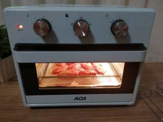 香酥炸鸡翅,烤箱选择空气炸模式,180-200度,准备好的烤网直放进去,中层,烘烤10到13分钟即可。中间可以翻面一次,上色更均匀。喜欢蜜汁味,在快要出炉前刷一层蜂蜜水,能更好的上色, 最后的2~3分钟,要注意观察上色情况。具体的温度和时间还是要根据自家烤箱的实际情凉来上下调整。