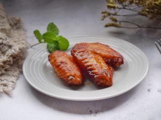 香酥炸鸡翅,没有烤箱的,也可以用平底锅放在燃气灶上中小火煎制。煎的时候需要放少量油,最好不沾锅操作,这样煎出来颜色会比较金黄,也不容易破皮。
