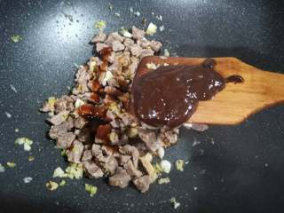 牛肉香菇酱,倒入甜面酱和豆瓣辣酱。