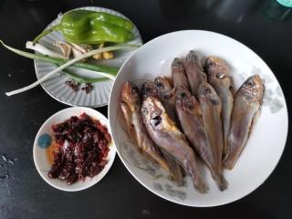 酱焖黄花鱼,今天用的是小黄鱼。清理好肠子,鳃。用厨房纸擦去表面的水分。