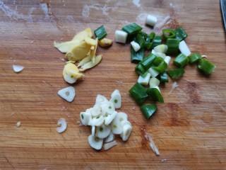 酱焖黄花鱼,准备好调料,以后我们就要开始操作了哦。