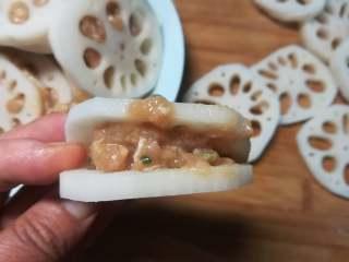 藕夹肉,在两片藕中放入适量的肉馅。