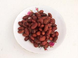 南瓜蒸糕,大红豆放入压力锅煮50分钟,捞出来,沥干水份,晾凉备用