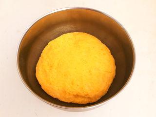 南瓜蒸糕,揉成光滑的面团
