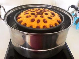 南瓜蒸糕,南瓜蒸糕熟了,把模具取出来,晾至温热后脱模