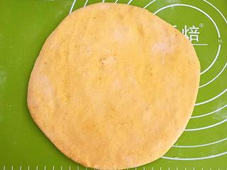 南瓜蒸糕,再取一个面团,擀成厚面皮