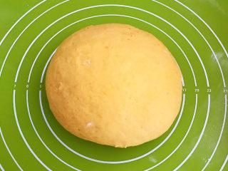 南瓜蒸糕,把饧发好的南瓜面取出来,揉面排气