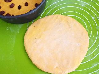 南瓜蒸糕,把最后一个面团擀成厚面皮