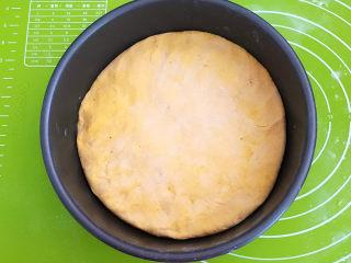 南瓜蒸糕,把面皮盖在红豆上面
