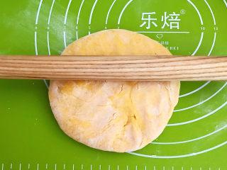 南瓜蒸糕,取一个面团,擀成厚片