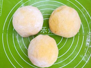 南瓜蒸糕,把面团分成3份,揉圆