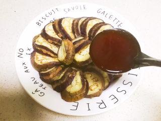 鱼香茄饼,把鱼香汁均匀的浇到茄饼上面,鱼香茄饼就做好了~