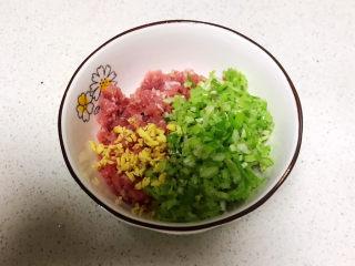 鱼香茄饼,把葱末和姜末放入肉末里