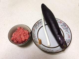鱼香茄饼,准备食材:猪肉馅,紫皮茄子,鲜姜,香葱