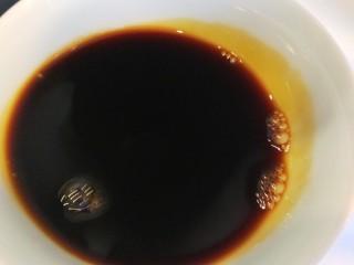 东北酱大骨,倒入自然鲜酱油。
