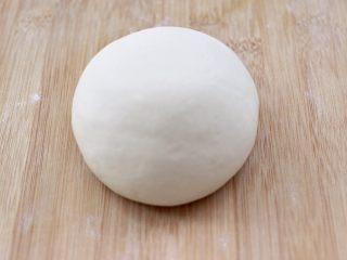 老面红枣花样馒头,把发酵好的面团,排气揉匀后。