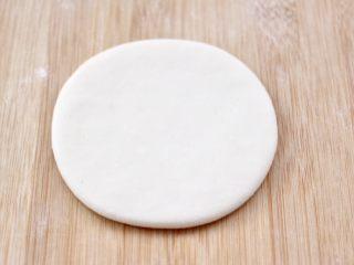 老面红枣花样馒头,取一个小面团,用擀面杖擀成圆形面饼,(其它的小面团用保鲜膜盖好)