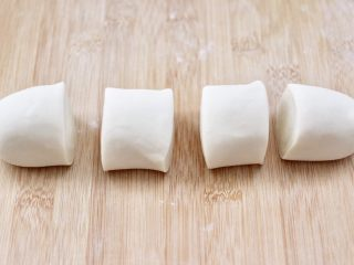 老面红枣花样馒头,把揉好的面团分成四份。