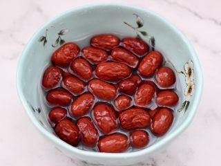 老面红枣花样馒头,红枣洗净后,用温水浸泡半小时。