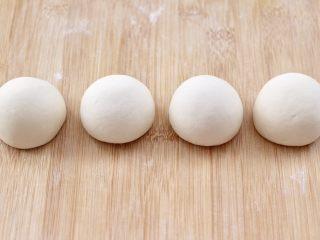 老面红枣花样馒头,然后把分好的小面团,分别依次揉匀滚圆。