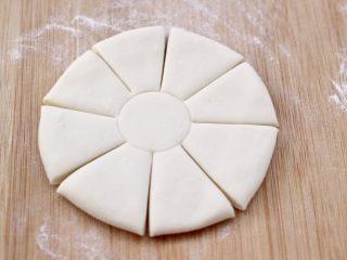 老面红枣花样馒头,然后用刀先均匀地切成8份。