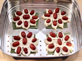 老面红枣花样馒头,依次做完所有的红枣花样馒头,放入蒸屉里进行二次发酵。