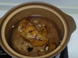 鸡腿、青菜面,锅中放入清水、鸡腿、姜末