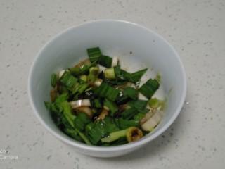 鸡腿、青菜面,葱、蒜苗、鸡精、生抽、香油放入碗中搅拌均匀