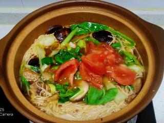 鸡腿、青菜面,放入西红柿块,倒入搅拌均匀的葱花
