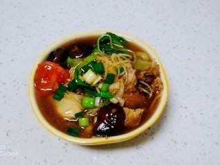 鸡腿、青菜面,盛入碗里