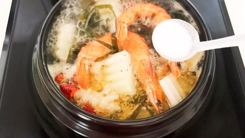 海带冬瓜汤,加入精盐