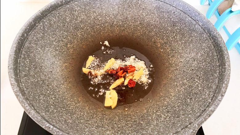 海带冬瓜汤,加入干红辣椒段,翻炒均匀