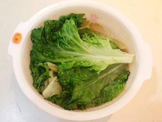 蒜泥生菜,把烫好的生菜立即捞出来,用冷水过凉,沥干水份